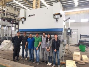 Klanten in Brazilië bezoeken fabrieken en kopen kantpersmachines