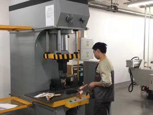 Japan-klant die hydraulische persmachine in onze fabriek test