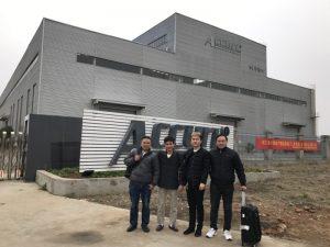 Rusland-klanten bezoeken een buigmachine met dubbele koppeling in onze fabriek