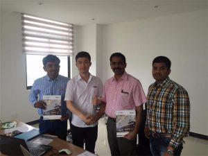Klanten in Sri Lanka bespreken technologie met Mr.Tai in ons kantoor